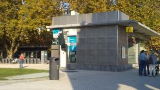 Punto de información y ascensor que baja a la nueva Estación de autobuses
