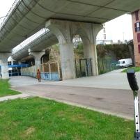 Rótulo azul de entrada a la estación, y camino a la izda. para el mini-bus.