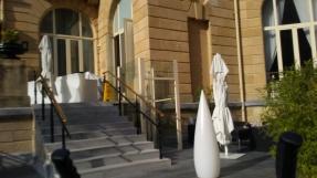 La mampara de cristal, para entrar al hotel