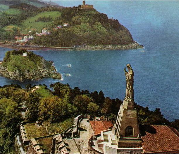 Monte Urgull con su estatua religiosa y el Castillo De La Mota