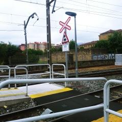 Vista del andén dirección Bilbao, (la acera blanca del medio)