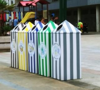 Contenedores para reciclar basura pequeña, en el malecón