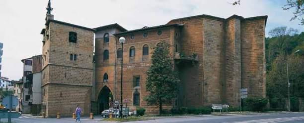 Iglesia y Torre en una esquina del pueblo (al lado de la carretera que va a Guetaria)